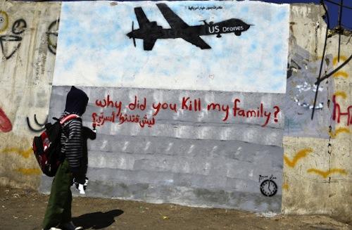 Figura 1. Niño mirando un grafiti en un muro en Saná (Yemen), que muestra un drone de EEUU con la inscripción en rojo: ¿por qué mataste a mi familia?. Fuente: Yahya Arhab/EPA.
